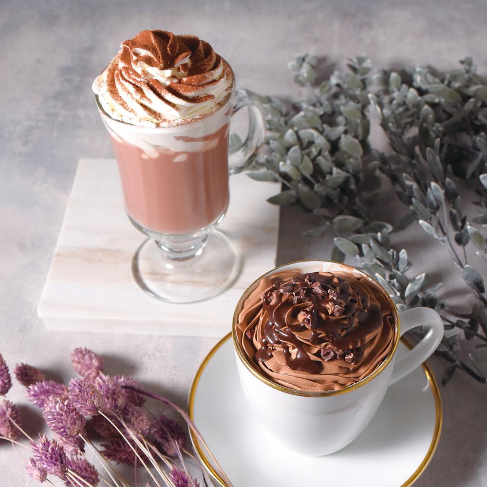 ラズベリーホットチョコレート(左)、チョコウィンナコーヒー(右)