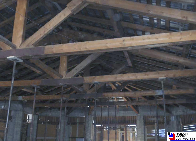 Piani di Bobbio - Puntellamento tetto ligneo rifugio Ratti