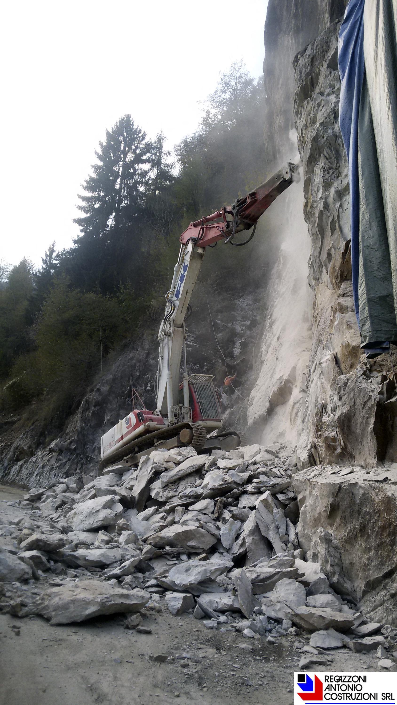 Branzi - Demolizione fronte roccioso lungo la strada provinciale