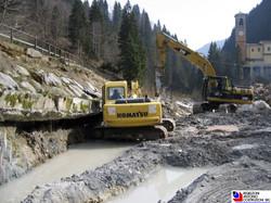 Valleve - Escavatori in fase di regimazione fiume Brembo