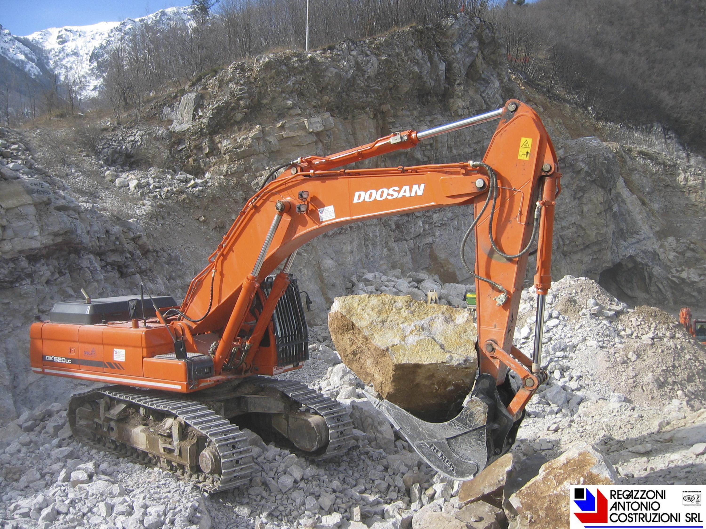 Escavatore Doosan 520 - Lavorazione di cava per approvvigionamento di inerti