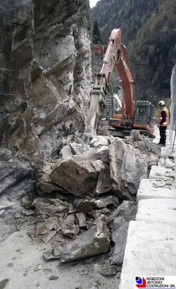 Branzi - Demolizione roccia con martello demolitore