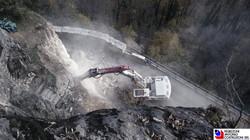 Branzi - Operazione di demolizione della roccia per allargamento stradale