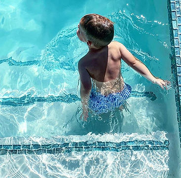 Pool side 💦 #dashwarren.jpg