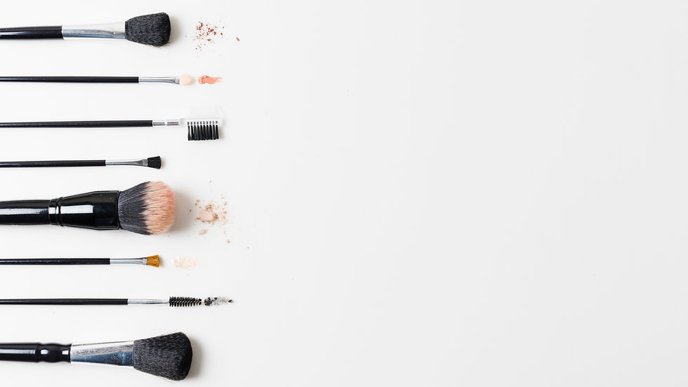 different-cosmetic-brushes-arranged-whit