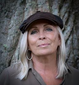 Marie_Bergman_Keps_vid_träd.jpg