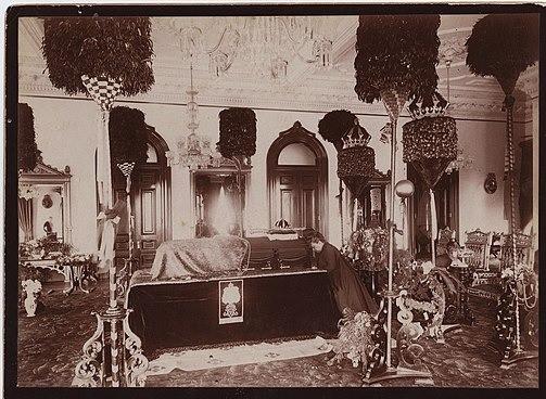 Kapiolani kneeling beside Kalakaua's casket | Via Wikipedia
