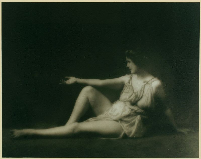 Isadora Duncan in New York during her visits to America in 1915-18. Duncan in a Greek-inspired pose and wearing her signature Greek tunic.