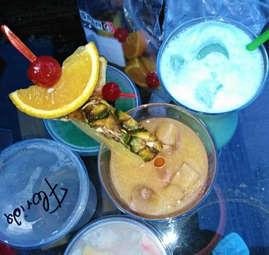 Perfekt für Partys · Günstige Getränke · Kreative Cocktails · Schicke Deko