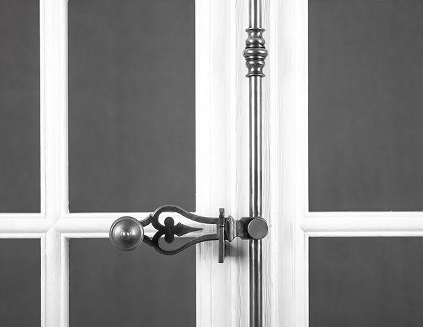 Espagnolette fer forgé pour fenêtre avec volets intérieurs bois