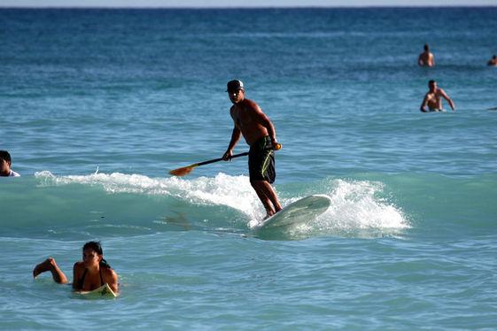 location de stand up paddle dans les mini vagues, plaisir garantie ! avec l'Ecole de surf de Bretagne de Clohars Carnoet (ESB Kloar)