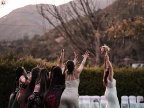 25 Songs für deinen Brautstraußwurf und Tipps wie dein Wurf kein Tiefflieger wird