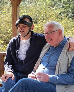 Vrijwilliger Jef zit samen met een bewoner van Ter Heide in een prieeltje na een fietstocht