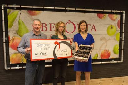 3 medewerkers van BelOrta, Nicolai en Ter Heide poseren samen met een grote cheque op de foto