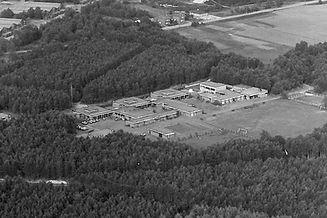 Een luchtfoto toont de gebouwen van Ter Heide in hun beginjaren