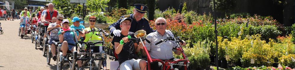 Vrijwilligers fietsen met bewoners met een beperking