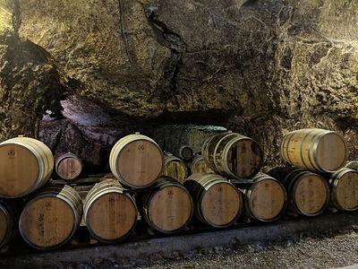 élevage des vins en barrique dans la cave
