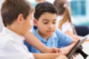 Jungen in der Schule