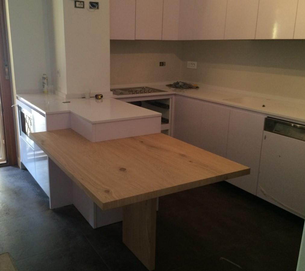 Cucina bianca_tavolo legno