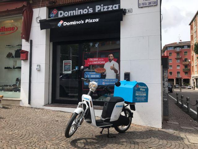 Domino's pizza consegna a domicilio con scooter Askoll noleggiati da Cooltra