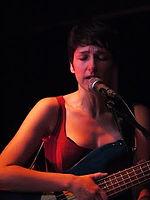 Mina Barra, chant et basse