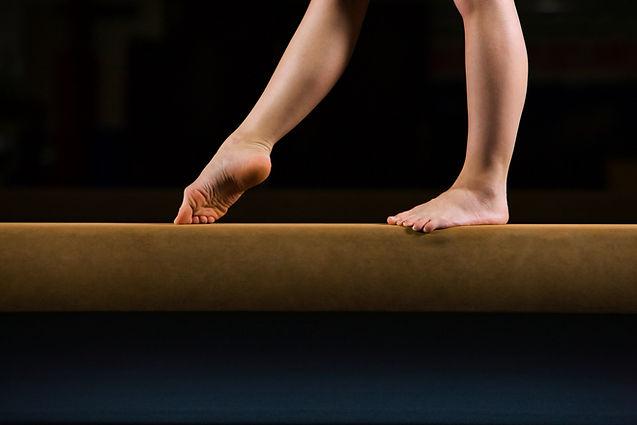 Vrouwelijke turner op evenwichtsbalk