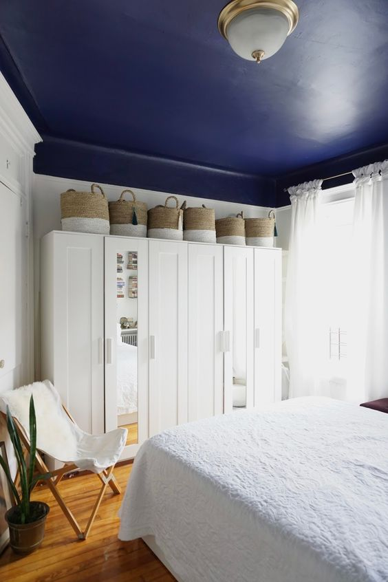 interior decoration_royal blue colored ceiling gives you a soothing and calm bedroom