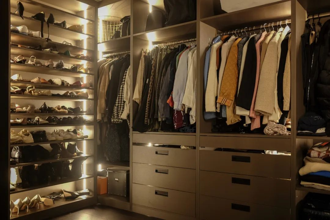 Customized walk-in closet design