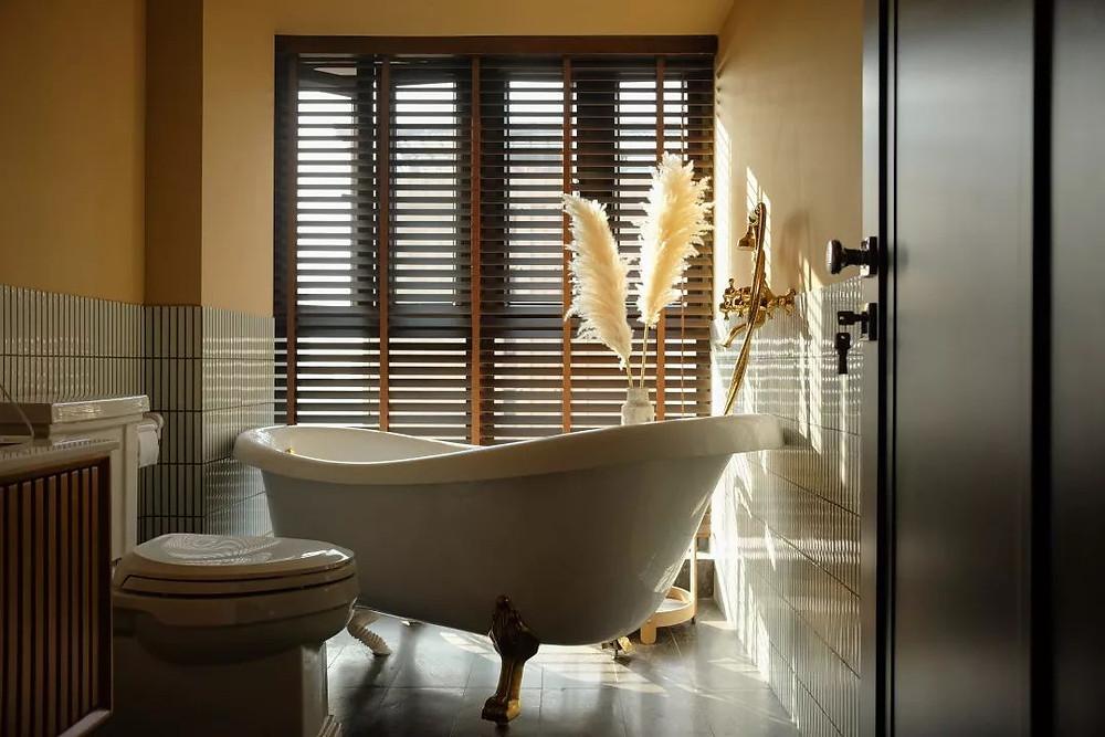 Bathroom design with a clawfoot bathtub