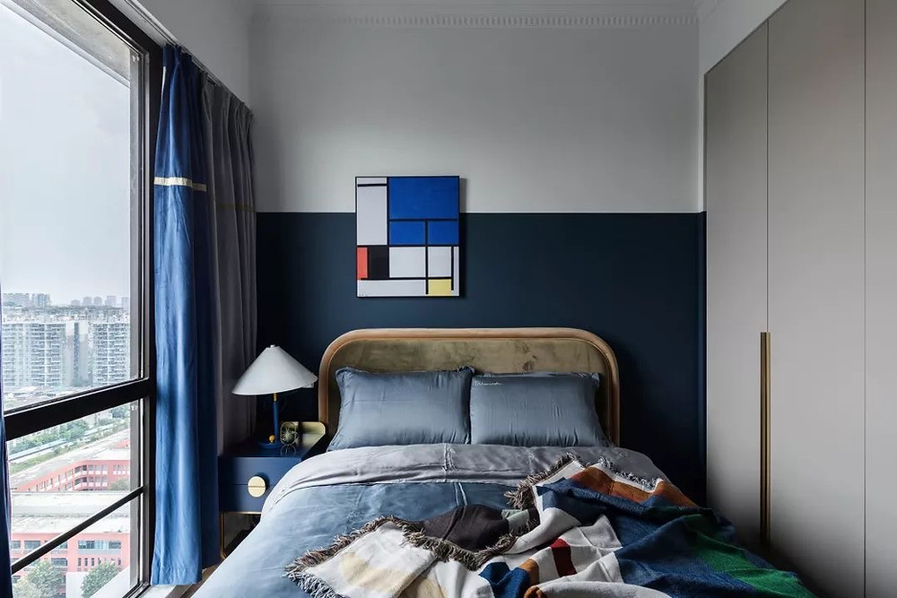 interior designer_half painted wall ideas_navy blue wall brings freshness to this bedroom