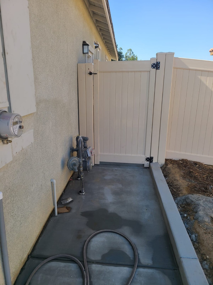 Vinyl Gate with Side Panel