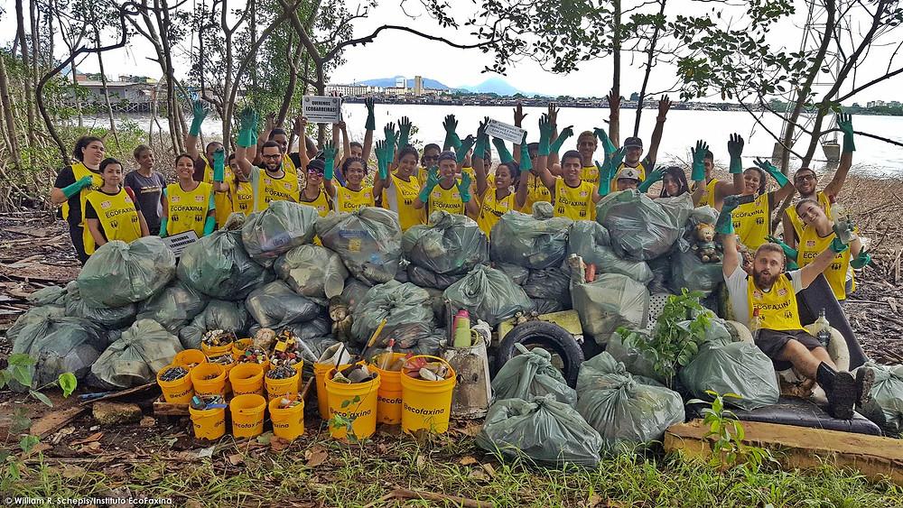 Voluntários posam para a foto ao final da coleta