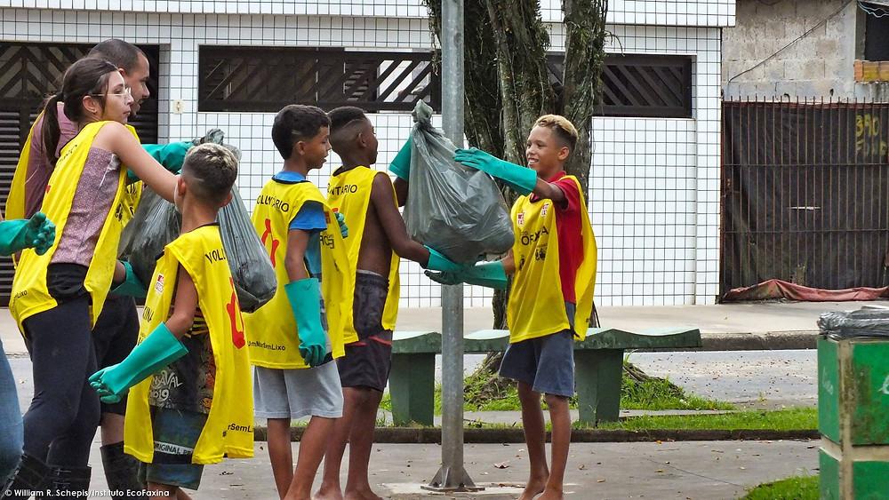 As crianças da comunidade adoram participar das ações voluntárias
