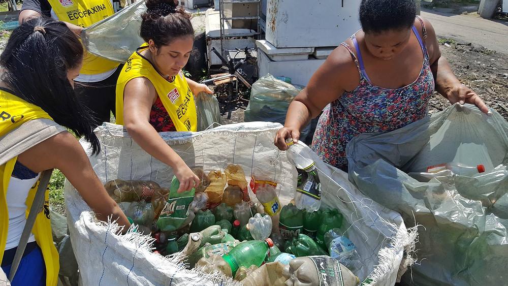 O Instituto EcoFaxina vem realizando a coleta de recicláveis na comunidade utilizando uma estrutura provisória