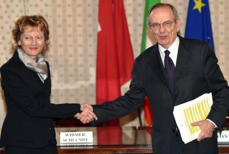 Il Ministro dell'economia e delle finanze Pier Carlo Padoan e per la Svizzera il Capo del Dipartimento federale delle finanze Eveline Widmer-Schlumpf
