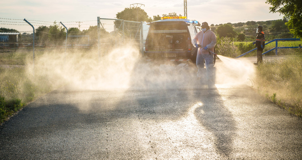 Desinfectando la zona de paseo del pueblo.