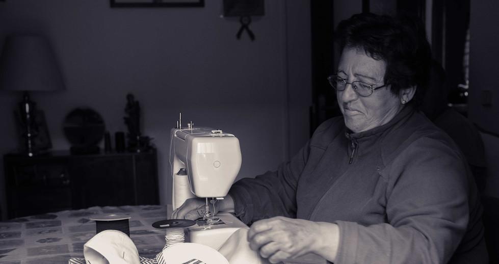 Isabel cose y dona mascarillas para los vecinos de su pueblo.