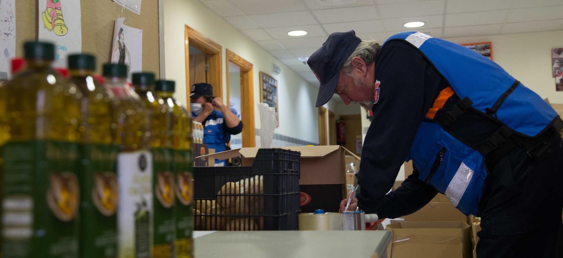 Clasificando donaciones y preparando cestas para reparto