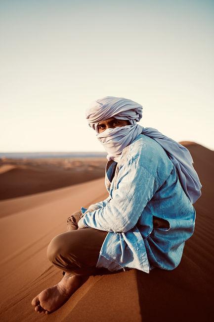 Photographie de voyage, maroc 2020, portrait dans le désert d'un nomade, regard perçant