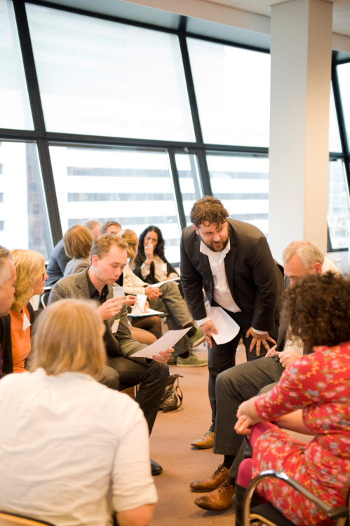 Stevens (GrasFabriek) in gesprek met enkele deelnemers