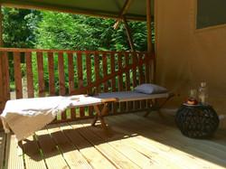 LESLODGESDUCHATEAU-EUGENIE-terrasse-exterieur-lit de camp