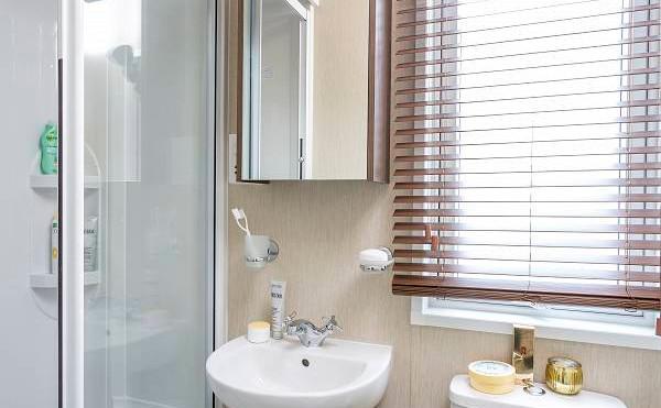Park Lane Luxury Lodge by Pemberton shower