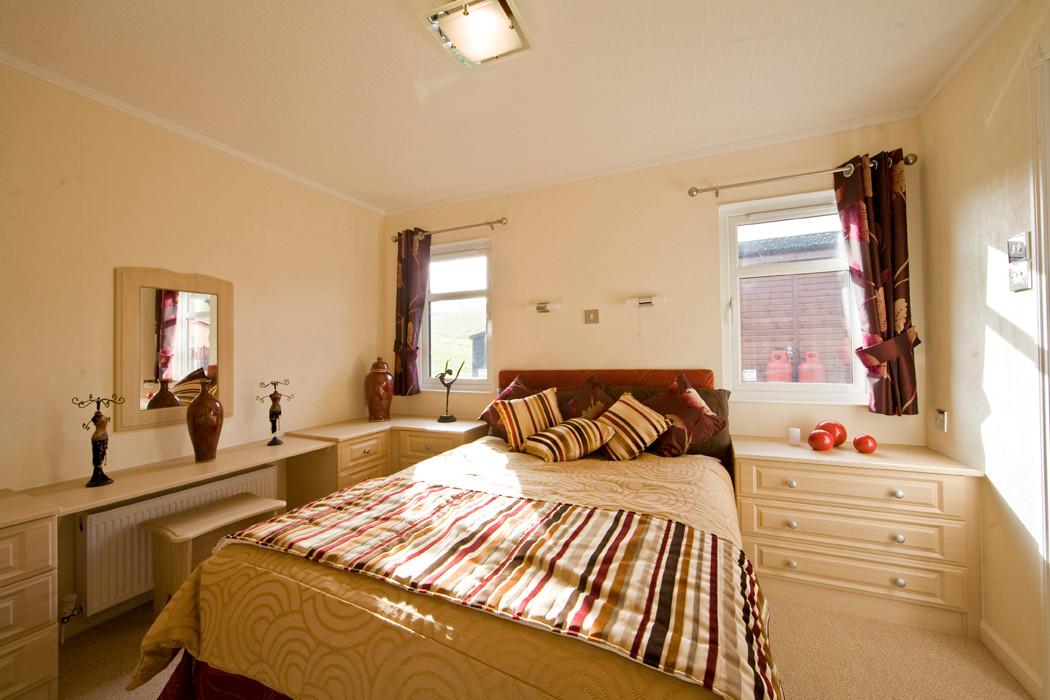 Stately-Albion Lakewood Lodge master bedroom Royal Arch Riverside Park