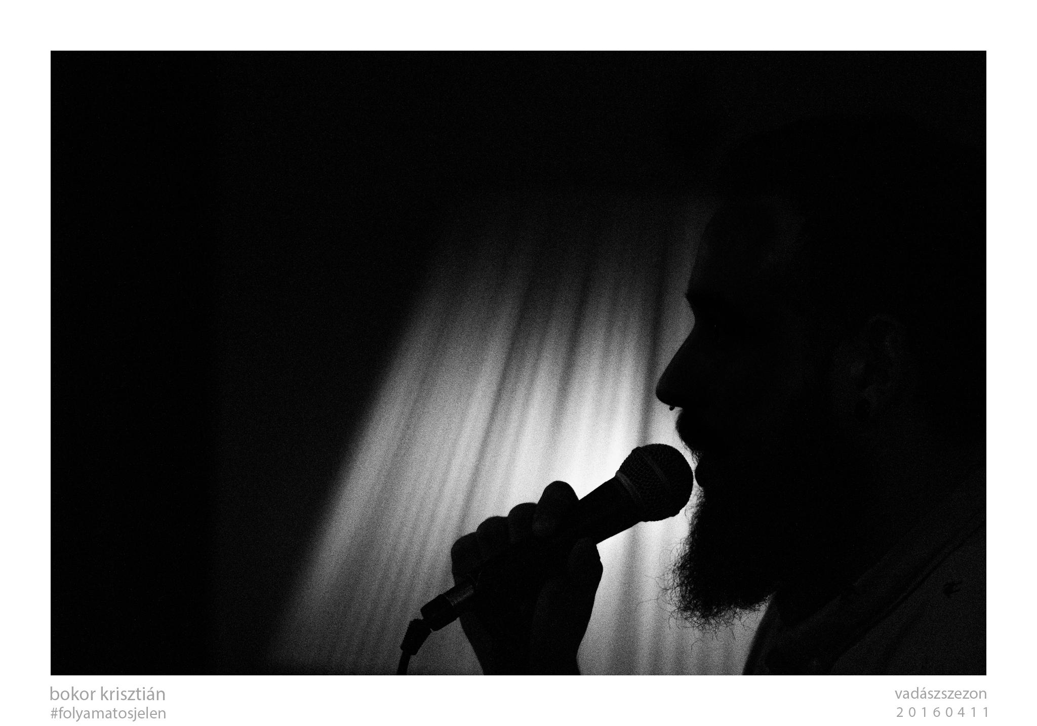 arc és mikrofon a feketeségben