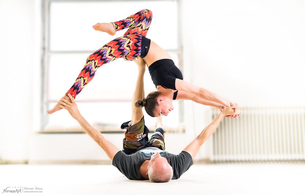 haladó akro jóga póz, Perlmutter Brigitta és Újhelyi Péter