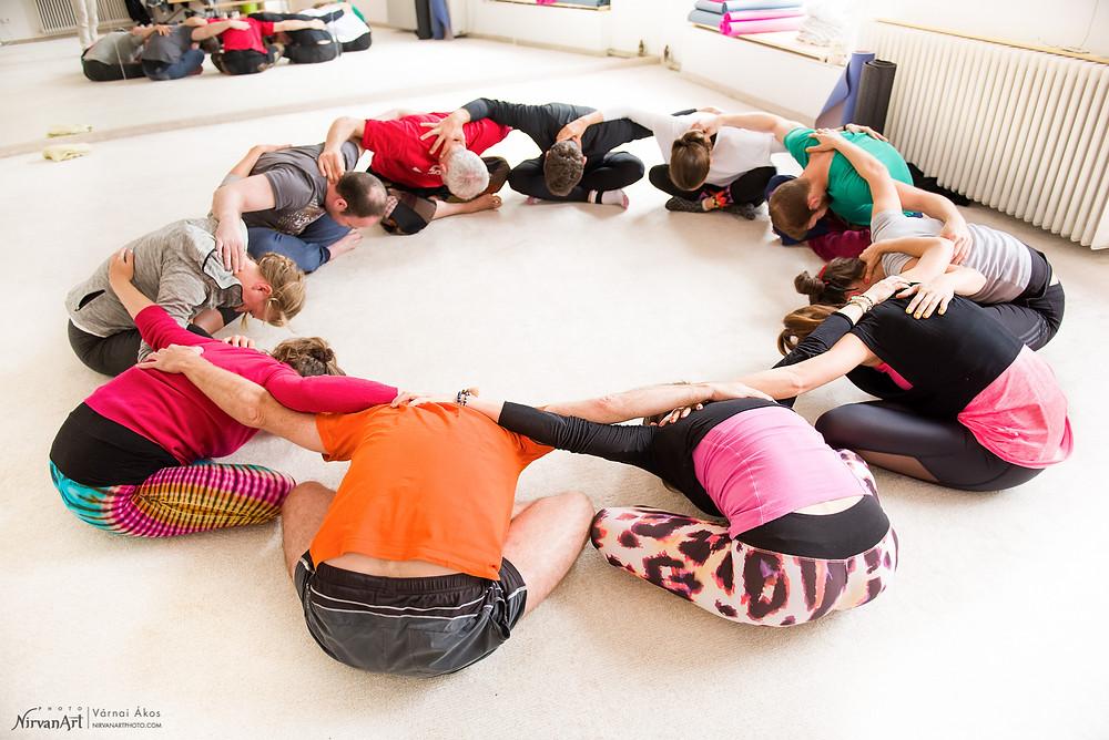 a jóga a közösségről is szól, így az első gyakorlatokat közösen végeztük