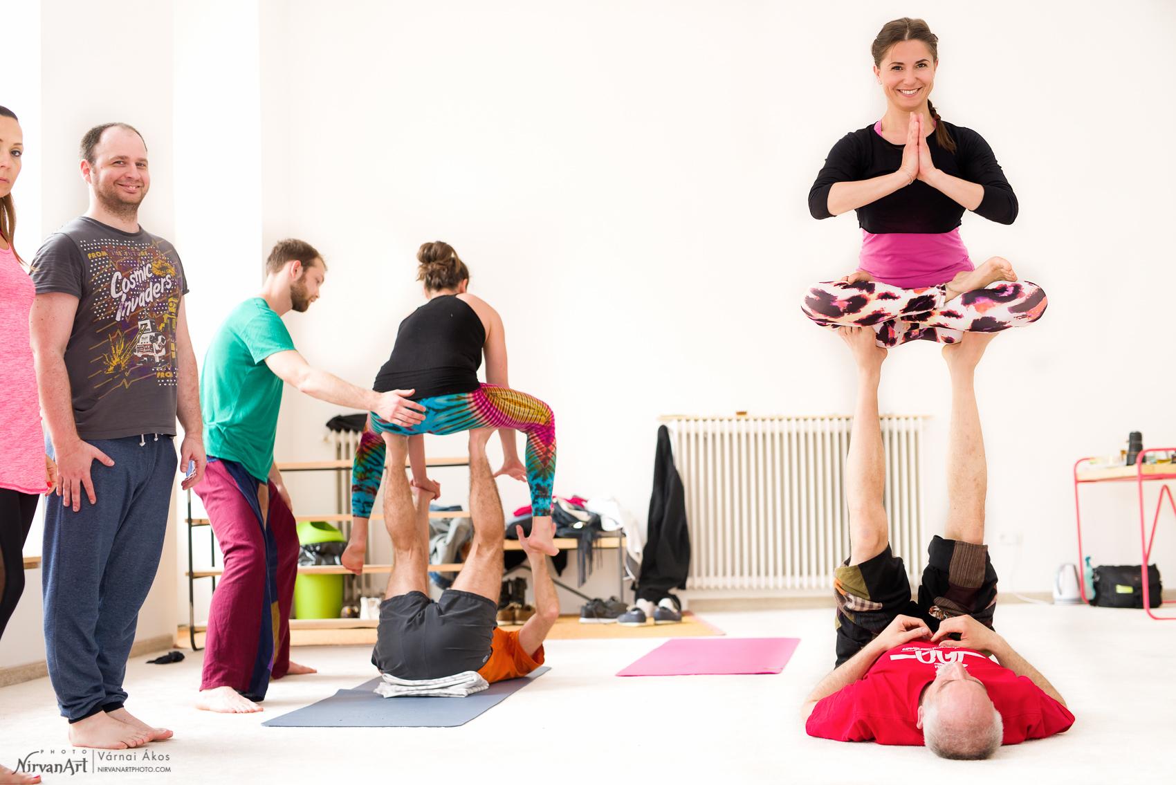 Perlmutter Brigitta lótusz ülésben a levegőben, partnere talpán