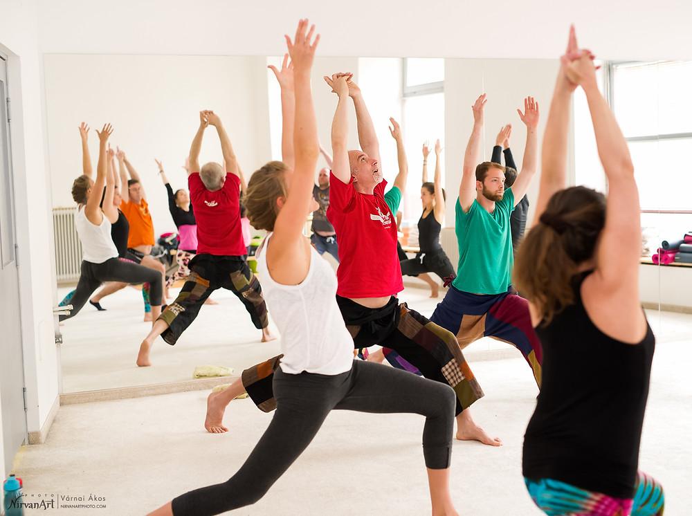 az akro jóga workshop bemelegítésének pillanatai