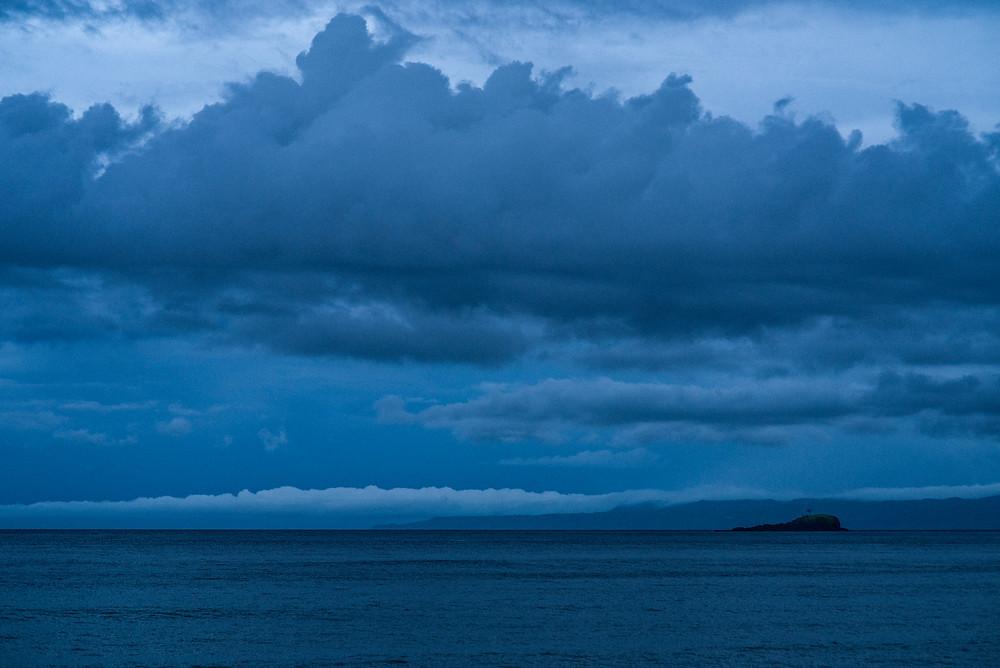 Bali tengerpart vihar előtt