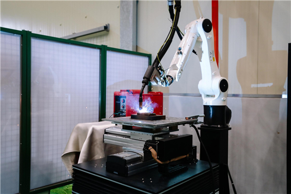 A robot arm with a welding torch is stacking mold frames using metal wires. ⒸKITECH